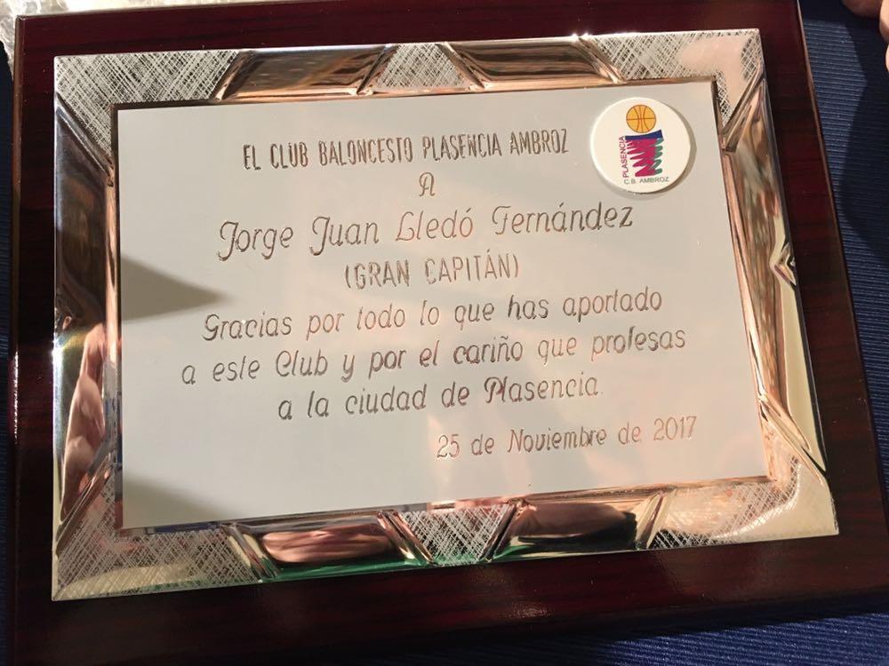 Placa que se le entregará a Jorge Lledó antes del inicio del partido